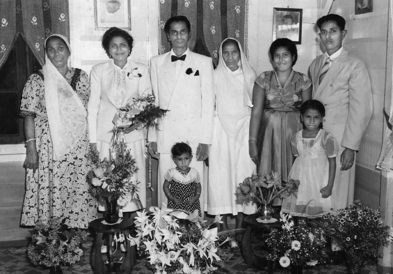 Nandoe en Trees trouwen op 16 november 1955. Van links naar rechts: Sookrania, Trees, Sing, moeder Chowhania, Juliette en echtgenoot Naipal. Kinderen op de voorgrond: Annie (dochter van Juliette en Naipal) en Soesila. Foto's uit boek 'Uit de klei van Saramacca' door Stanley Raghoebarsing. Beeld archief van de familie