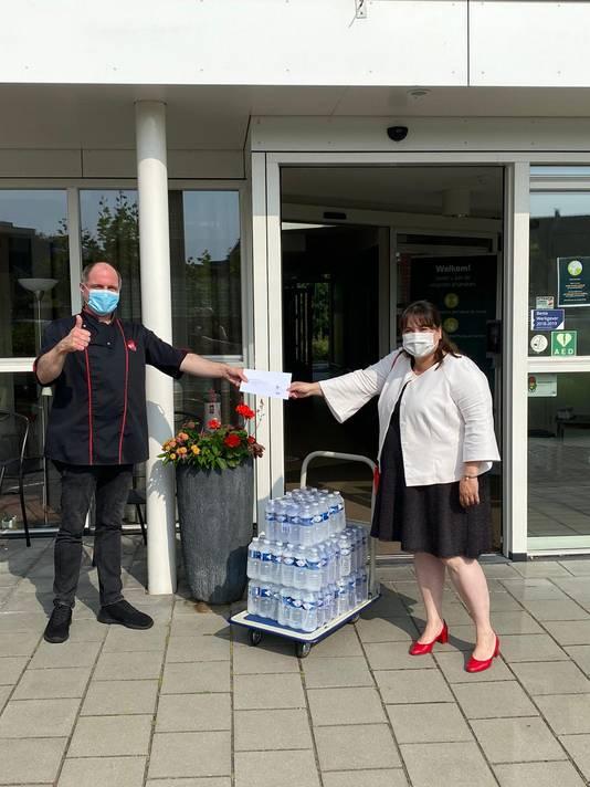 Wethouder Elvira Schepers deelt flesjes water uit bij verzorgingshuizen Winterswijk