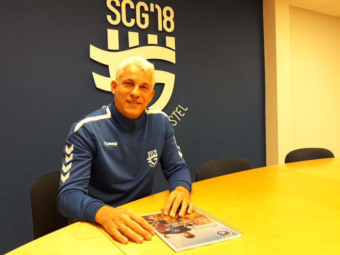 De eerste voorzitter van SCG'18, Rick Groetelaers, aan de bestuurstafel van het Zegenwerp-sportcomplex