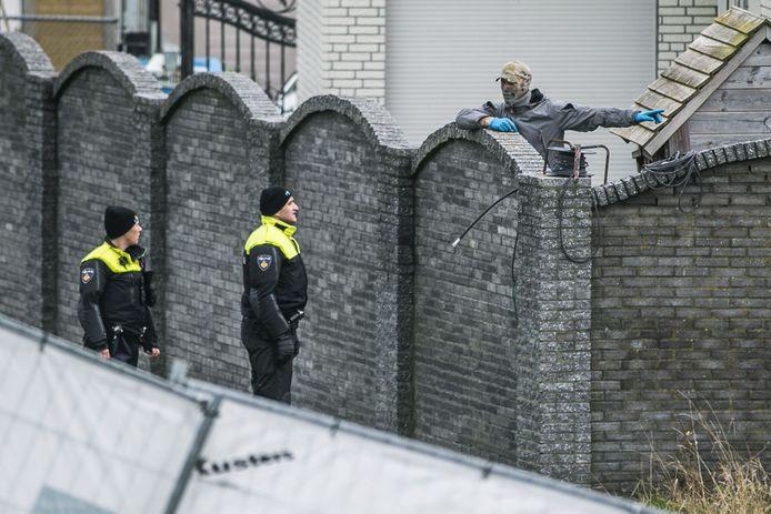 De politie heeft een inval gedaan in een woonwagenkamp in het Noord-Brabantse Lith. De inval maakt deel uit van Operatie Alfa, een politieonderzoek naar een criminele familie in Oss.