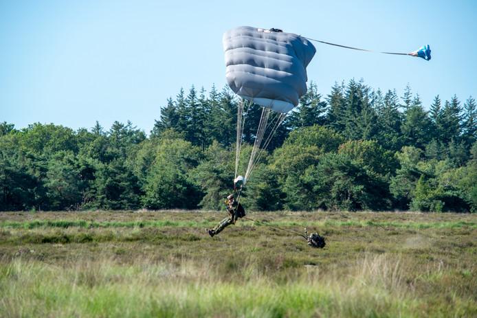 Dropping van parachutisten boven de Regte Heide