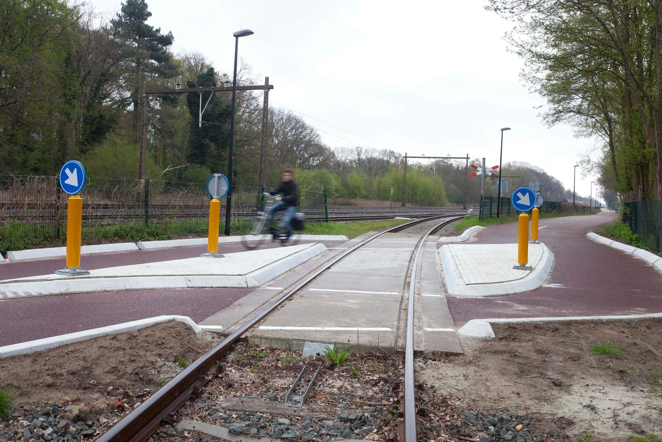 Kruising van fietssnelweg F35 met AKZO-spoorlijntje. FOTO: Mark Troost