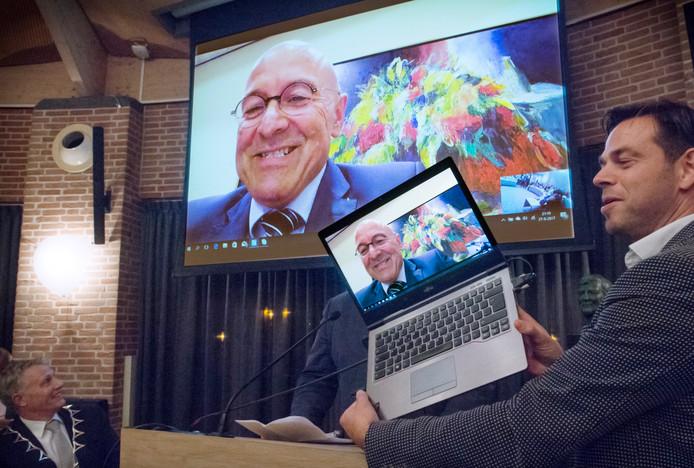 Aankomend burgemeester van Meierijstad Van Rooij sprak de zaal toe via internet.