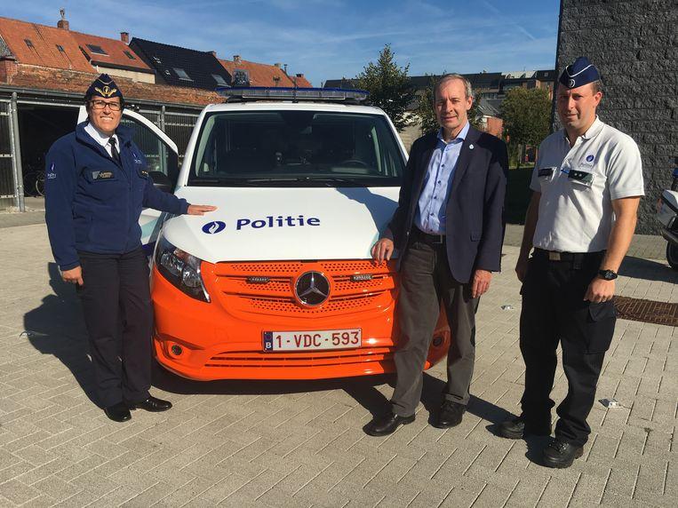 Korpschef Gwen Merckx met burgemeester Lieven Dehandschutter.