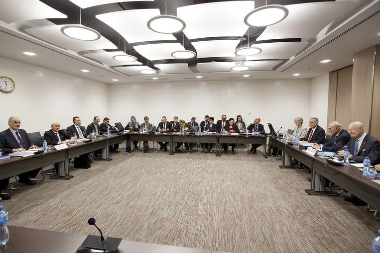 In Genève: uiterst rechts Staffan De Mistura (VN), uiterst links Bashar al-Jaafari (Syrië) Beeld EPA