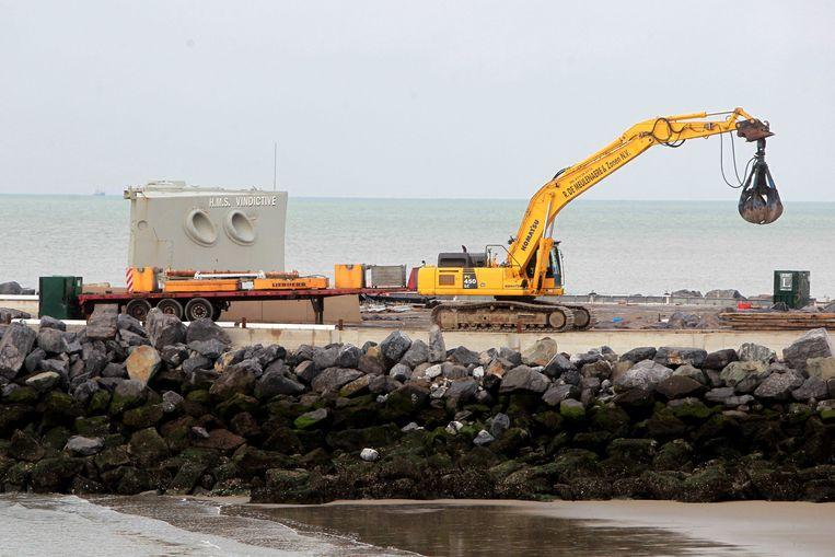 De boeg van de HMS Vindictive is gisteren verplaatst naar de Oostelijke strekdam.