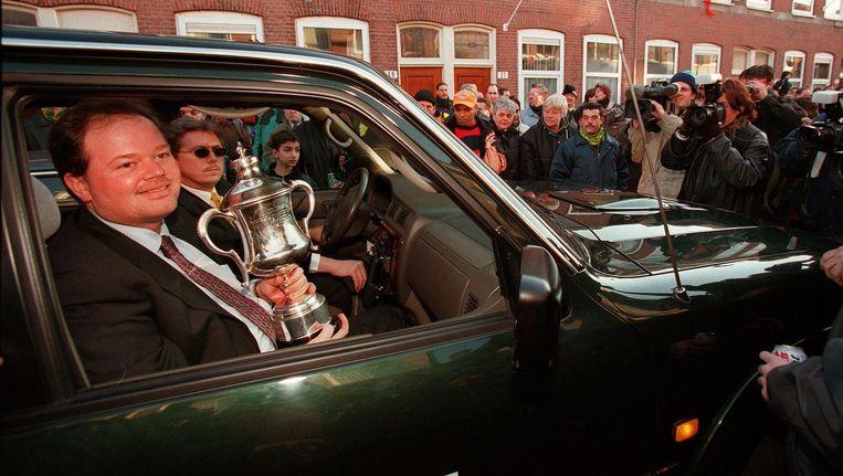 Van Barneveld brengt de wereldbeker naar huis in 1999. Beeld anp