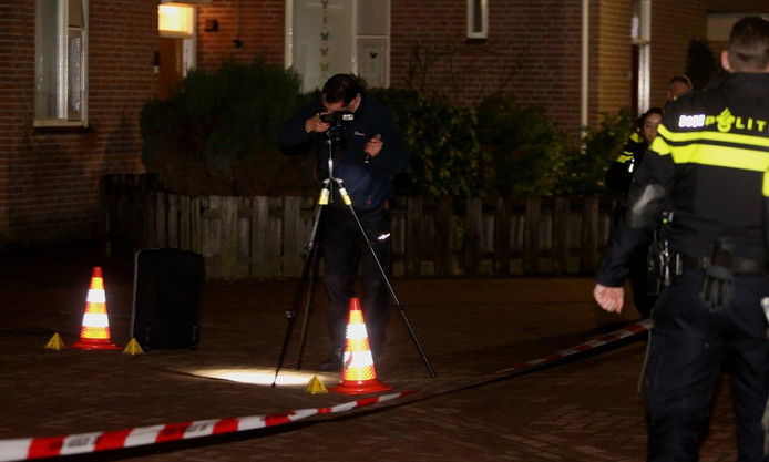 De politie doet onderzoek in de straat van de schietpartij.