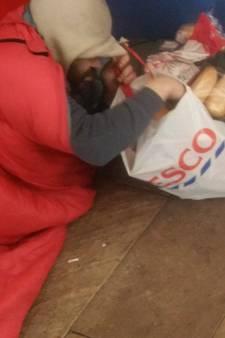 Feyenoordsupporters geven  overgebleven voedsel aan daklozen