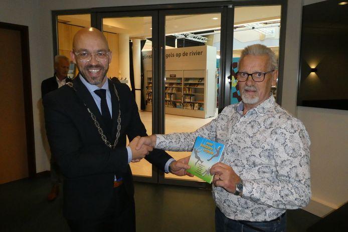 Han Looijen krijgt het eerste boekje in handen over de oorlog in de gemeente Sint-Michielsgestel: 'Over kostbare vrijheid.'