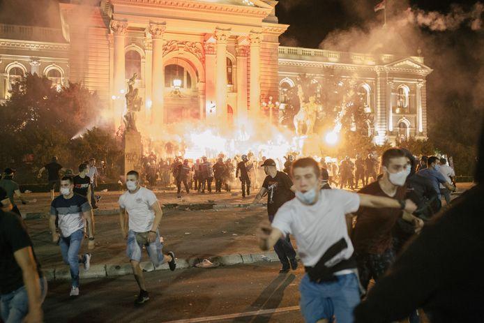Demonstranten bij het Servische parlementsgebouw in Belgrado stichten brand en raken slaags met de oproerpolitie.