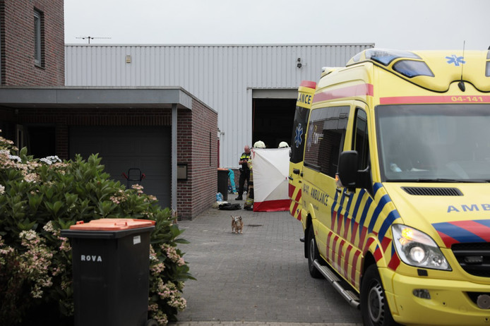 Ambulancepersoneel behandelt de ernstig gewonde man na een bedrijfsongeval in Ommen.