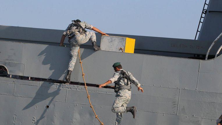Oefening van de Iraanse marine bij de belangrijke Straat van Hormoes in de Perzische Golf. Beeld AP