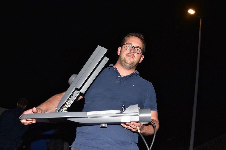 Schepen van Energie Stijn Tant met een nieuwe ledlamp in de hand.