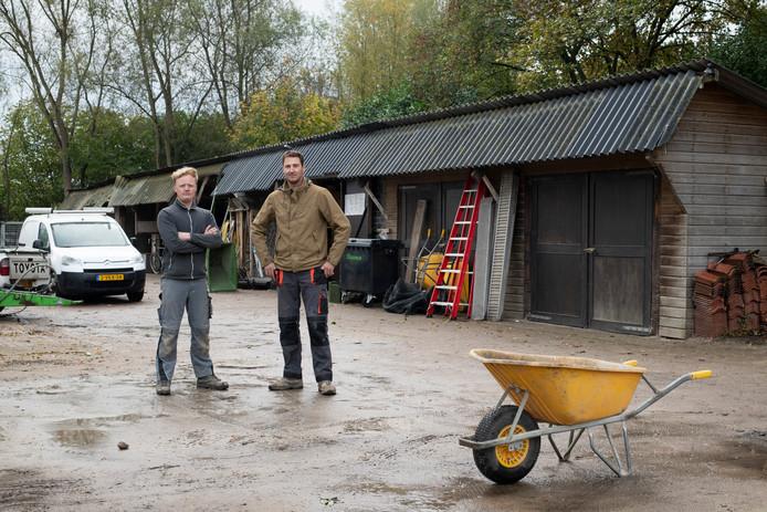 Sjors Vorlijk (l) en Simon Booltink op hun werf.