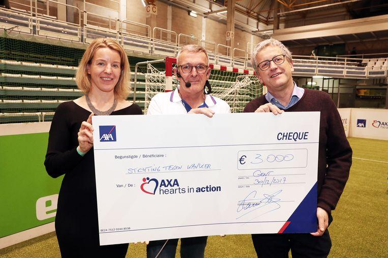 Hannelore Hendrickx (van axa),  Leo Van Der Elst en Eric Van Cutsem (voorzitter stichting tegen kanker)