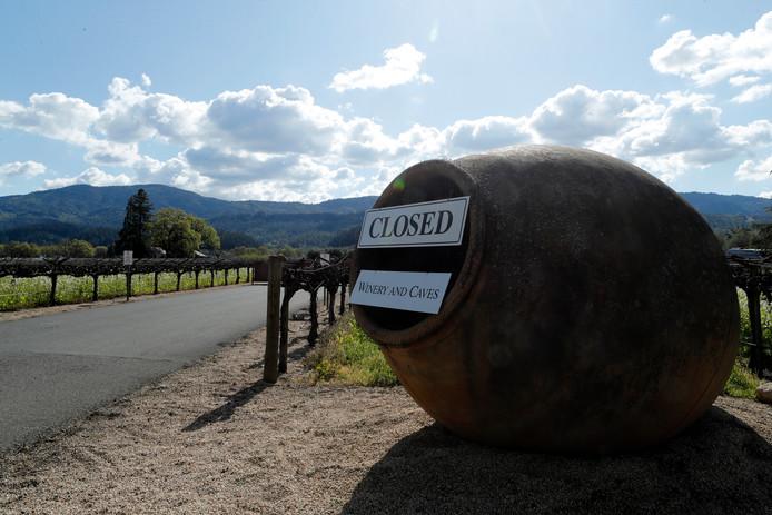 Californië heeft als eerste Amerikaanse staat zijn bevolking flinke beperkingen opgelegd in de strijd tegen het coronavirus. Ook de beroemde wijngaarden in Napa Valley zitten op lsot.