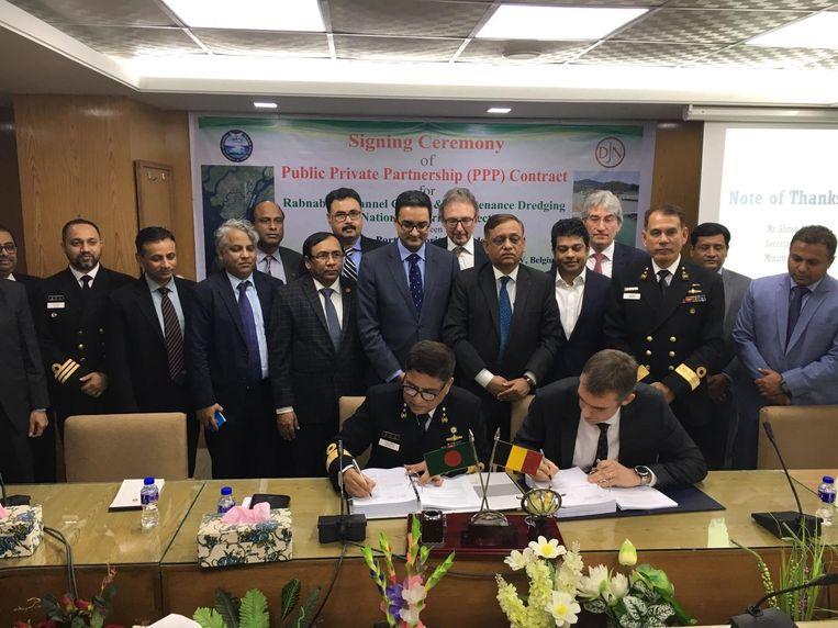 De ondertekeningsceremonie in het ministerie van Scheepvaart in Dhaka.