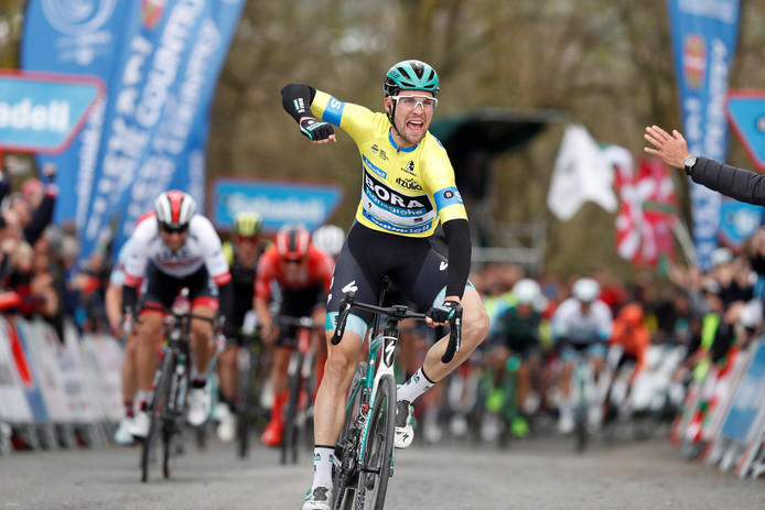 Maximilian Schachmann juicht na het winnen van de derde etappe.