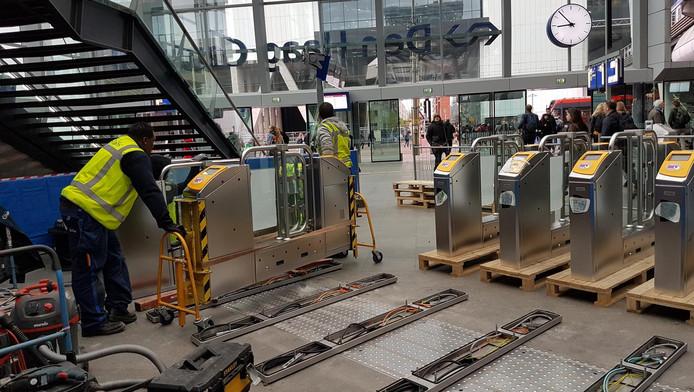 De eerste poortjes op Den Haag Centraal worden geïnstalleerd.