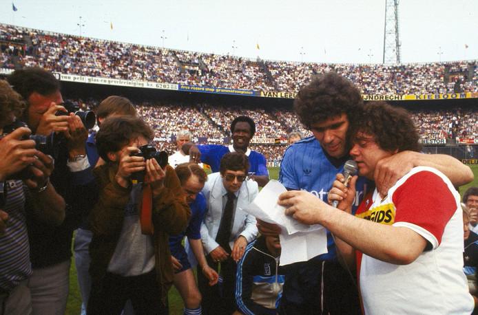 Willem van Hanegem in 1983 tijdens zijn afscheid met een de geëmotioneerde André Hazes.