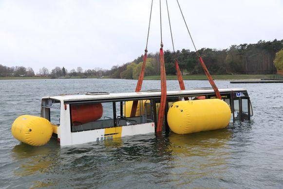 Op het recreatiedomein De Ster werd donderdag een lijnbus te water gelaten.