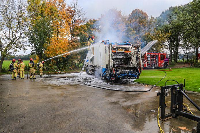 Brandweer in actie bij vrachtwagen met papier