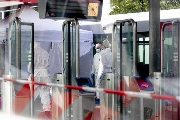 De technische recherche doet onderzoek aan het metrostel.