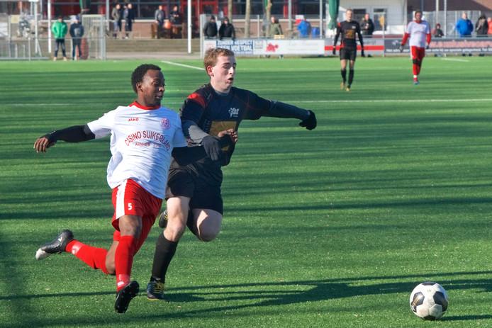 Orveo Ubbergen (links) in zijn eerste wedstrijd voor MASV in actie tegen VDZ.