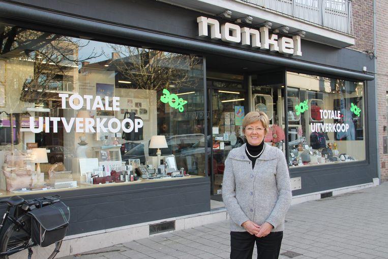 Mia Mylle aan krantenzaak Nonkel, die straks sluit.