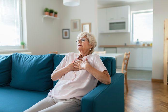 Les symptômes les plus courants d'un AVC sont le déficit facial (une déviation de la bouche ou un côté du visage qui ne bouge plus), l'aphasie (difficultés à parler) et le déficit moteur (un membre du corps qui ne réagit plus).