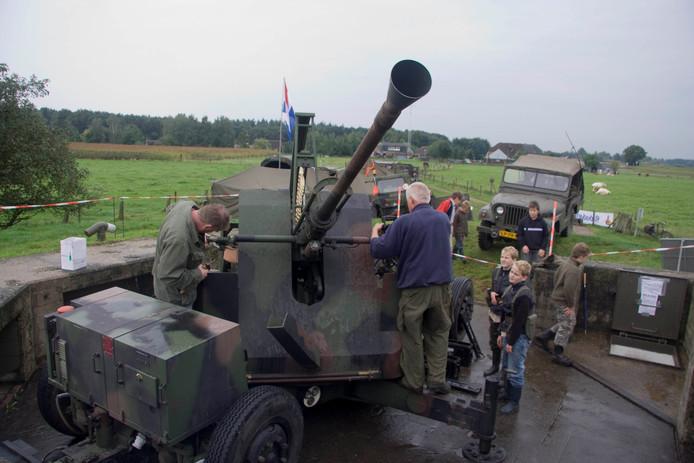 Vrijwilligers aan het werk bij een verdedigingswerk van de IJssellinie.