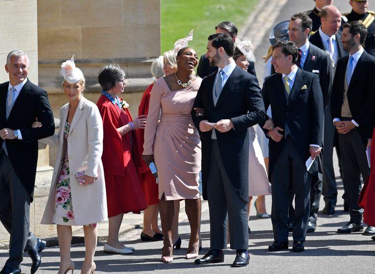 Serena Williams (midden) in zachtroze jurk van Versace. Beeld AP