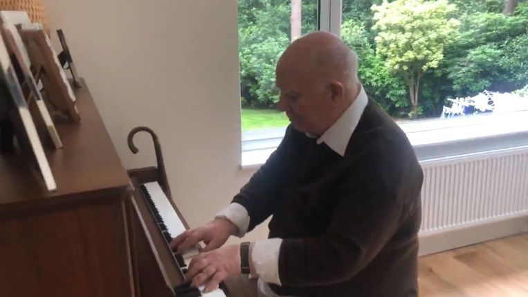 Paul Harvey (79) aan de piano.