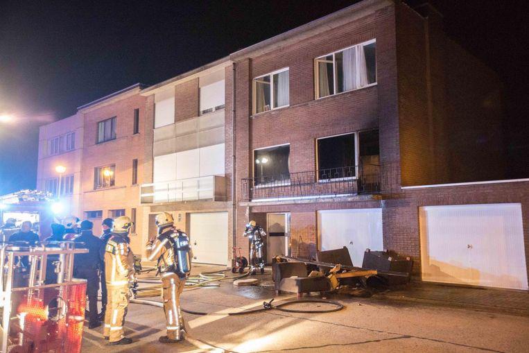 De blusploegen aan de getroffen woning.