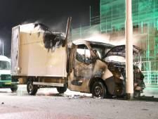 Uitgebrande bestelbus op Operaweg vermoedelijk aangestoken