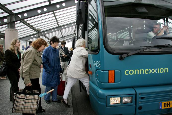 Ter illustratie. Reizigers stappen in de bus op station Reedijk in Heinenoord.