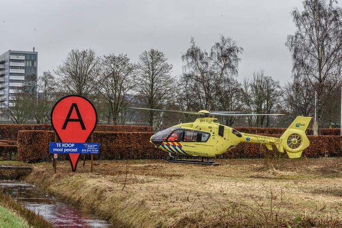 De traumahelikopter bij de plaats van het ongeluk met de bus.