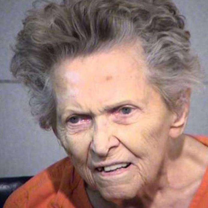 Anna Mae Blessing verstopte twee pistolen in haar badjas, voor ze haar 72-jarige zoon doodschoot.