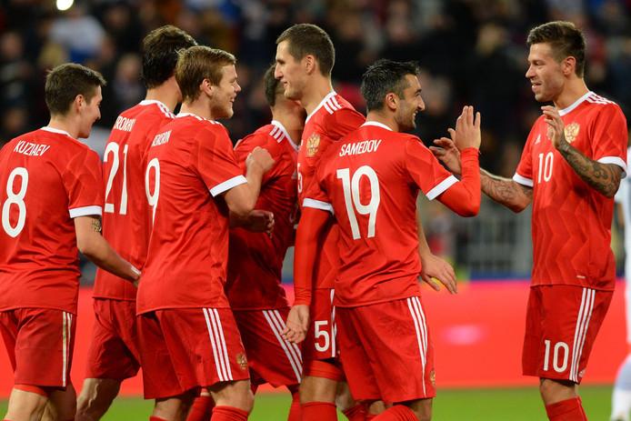 De spelers van Rusland vieren een treffer tegen Zuid-Korea.