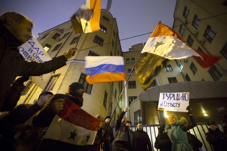 Russische betogers voor de Turkse ambassade in Moskou: 'Turkije moet rekenschap afleggen' Beeld ap