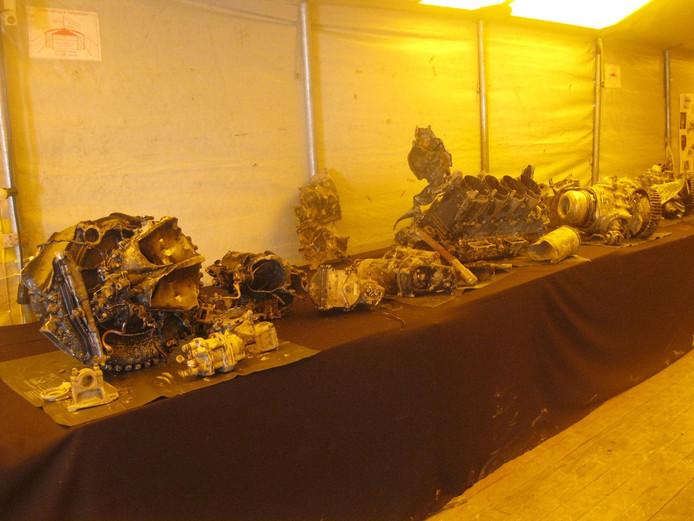 Onderdelen van de Lancaster liggen in een tent.