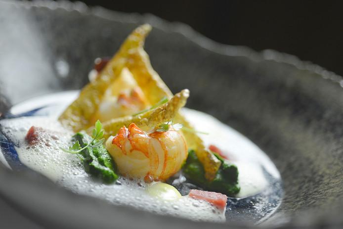 Het voorgerecht van chef-kok Rik Jansma van Restaurant Basiliek in Harderwijk: langoustine boerenkool.