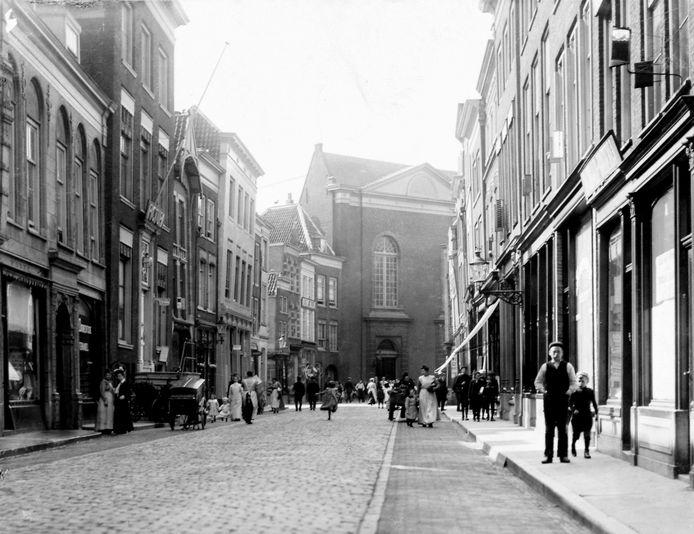 De Voorstraat in 1910. Links de ingang naar het Steegoversloot.