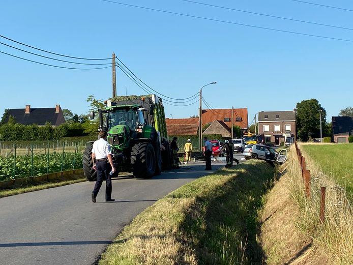 LIER - De impact na het ongeval was groot. De wagen belandde in de gracht. De chauffeur werd met zware verwondingen overgebracht naar het ziekenhuis.
