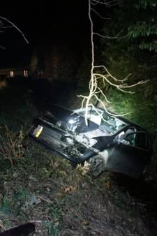 Auto ramt boom bij Borculo, bestuurder mogelijk beschonken