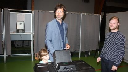 Wouter De Vriendt (Groen) brengt zijn stem uit in Oostende samen met zijn gezin