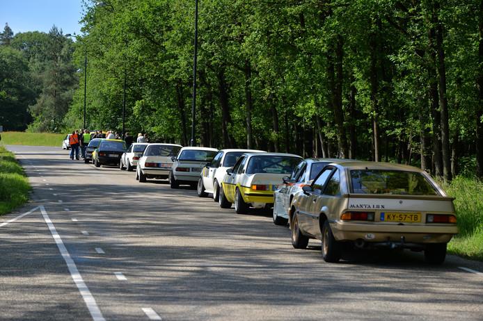 De na d ekop-straatbotsing gestrande stoet Opel Manta's.