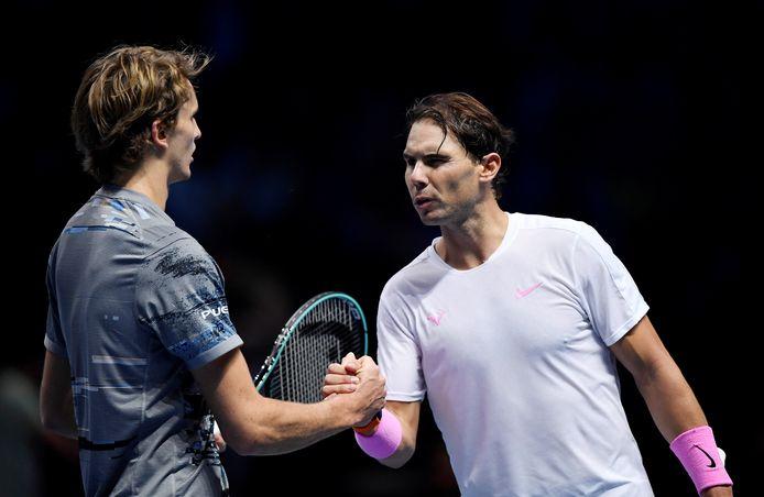 Alexander Zverev ontvangt de felicitaties van Rafael Nadal.