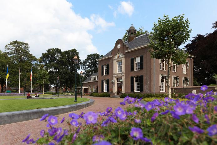 Het raadhuis van de gemeente Heerde moet flink gerenoveerd worden.